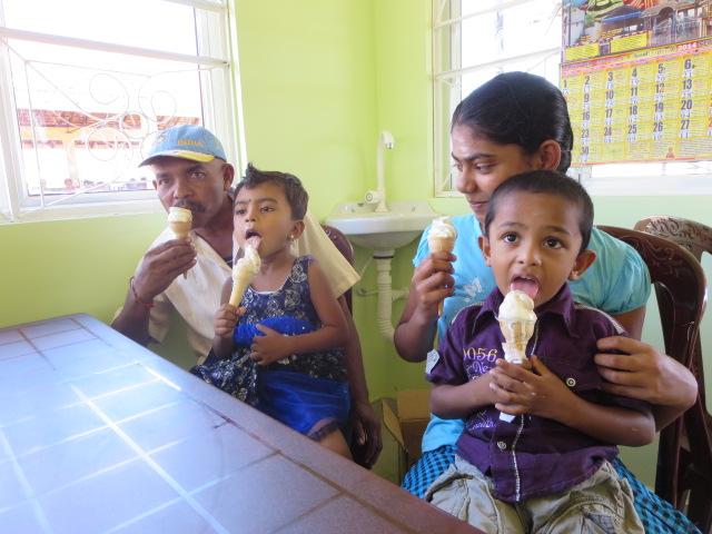 ???????? 集荷所兼直売所でアイスクリームを楽しむ家族