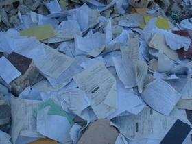 倒壊した学校では学用品や教職員の記録がそのまま