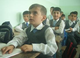 修復の終わったザグロス小学校の新しい教室で勉強をする子どもたち