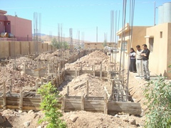 ラワン小学校増築工事の様子 基礎コンクリートの型枠と柱の鉄筋組み