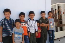 修復された校舎に集まった子どもたち