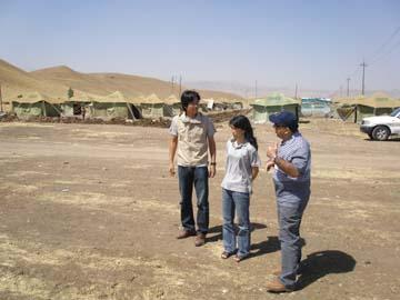 キャンプの状況を調査するPWJの角免と岸谷美穂