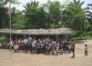 修復前の学校と子どもたち