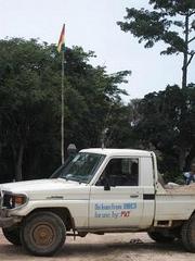 砂を置いていた場所のすぐそばにギニア国旗があった