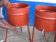 手洗い桶。ドラムを二つに切って蛇口をつけています