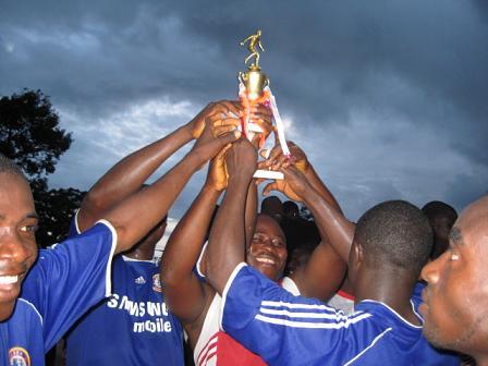 準優勝のトロフィーを手に大喜びのチーム