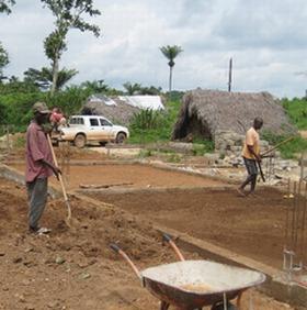 村人も協力しながらの床の突き固め