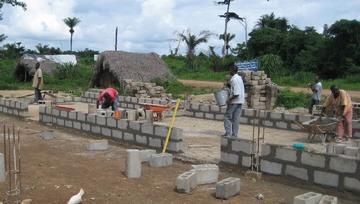 教室の壁ブロックの積み上げ