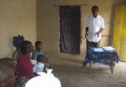 井戸の管理について学習する住民たち