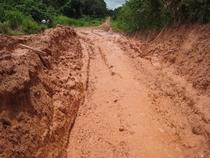 たっぷり水分を含んで、液体状になってしまった道路