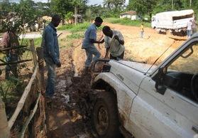 車両救出のために道路を掘り返すPWJスタッフ