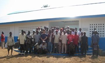 完成後の引渡式で整列した村人たちとPWJスタッフ