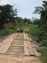 ギニア側には川が流れていて、この橋を渡ってすぐに村があるそう