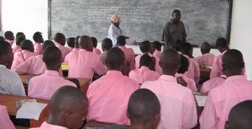 多くの生徒で席が埋まる教室