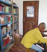 教員用事務所内には仮の図書室も