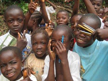 建設現場の撮影中に集まってきた子供たち