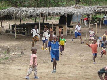 現在の校舎で遊ぶ子供たち