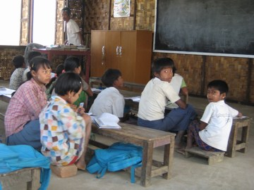 完成した校舎で授業を受ける子供たち