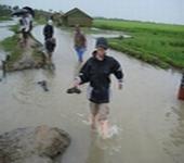 水たまりの中を徒歩で移動