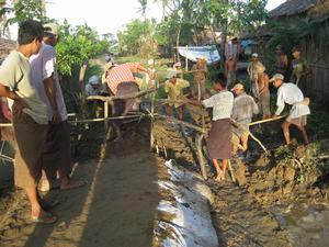 多くの村人が参加した道路修復工事
