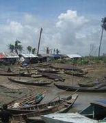 壊れたボートが散乱する船着場