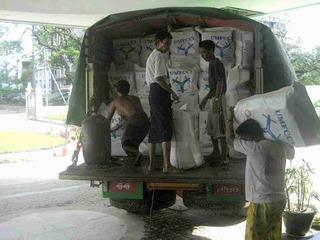 トラックへの緊急物資の積み込み