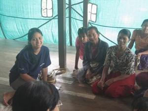 村の女性にインタビューするPWJ人スタッフ、ナインナイン・アウン