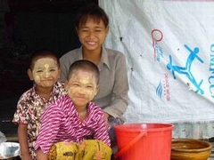 物資を受け取った村の家族(チョンダール村)