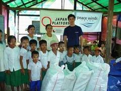 校長先生と生徒たちとPWJ齋藤=ウトゥー村