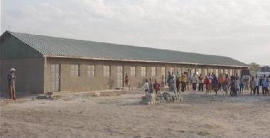 完成したポックタップ小学校と子どもたち
