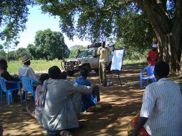 熱心に井戸維持管理方法の説明を聞く住民たち