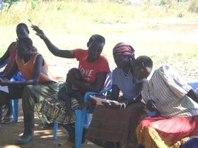 積極的にワークショップに参加する女性