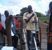 井戸で修理方法を説明するファシリテーター