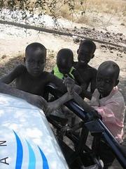 PWJの車に集まってきた子どもたち