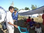 国内避難民キャンプで調査を行うジュスティーノ(2006年6月)