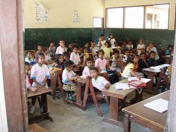 アイムティン小学校で学ぶ児童
