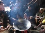 キオスクで販売するためのコーヒーの焙煎。焦がさないように交代でかき混ぜる
