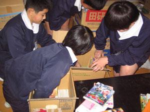 集めた古本を整理する子どもたち