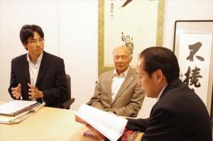 戸羽市長(右)に説明する角免昌俊・ピースウィンズ東北事業代表(左)と黄川田会長