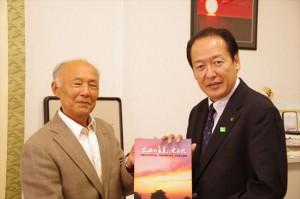戸羽市長(右)に記録誌を贈呈する黄川田会長