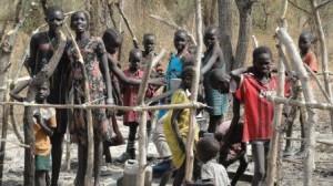 引き渡された井戸で大喜びする子供たち