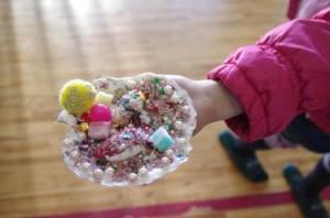 紙粘土とホタテの貝殻を使った子どもの作品
