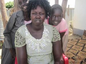 ピースウィンズの南スーダン現地スタッフ ガトベルの妻と子供たち
