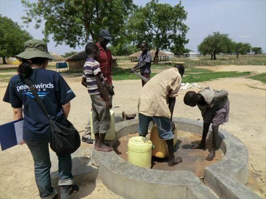 ピースウィンズ・ジャパンが建設した井戸を使う南スーダンの子どもたち