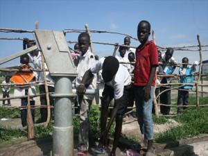 PWJの井戸を使うニュ―ファンガック小学校の子どもたち_R