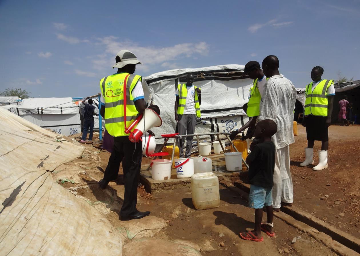 キャンプ内給水所をまわり衛生状況をモニタリングする衛生普及員、IDP雇用 03Apr2014 UNhouse (pwj)