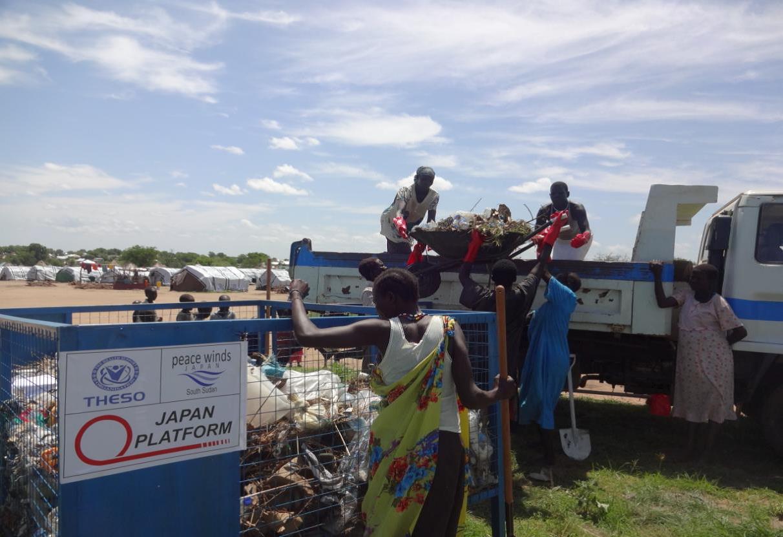 ごみ回収をする避難民女性