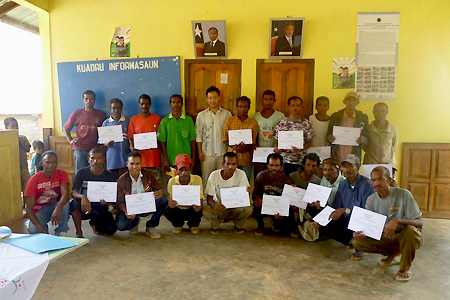 エルメラ県レテフォホ郡ハトゥガウ村での講義形式の研修後、修了証を受領した参加者たちと