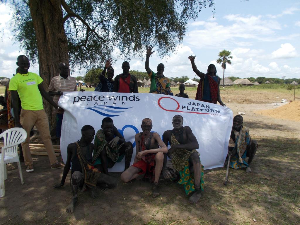 トイレ建設を歓迎する地域住民たち