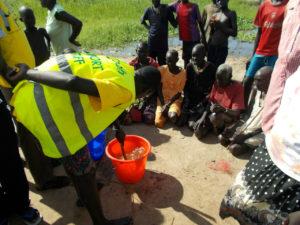 配布した浄水タブレットの使い方を洪水被災者に教える